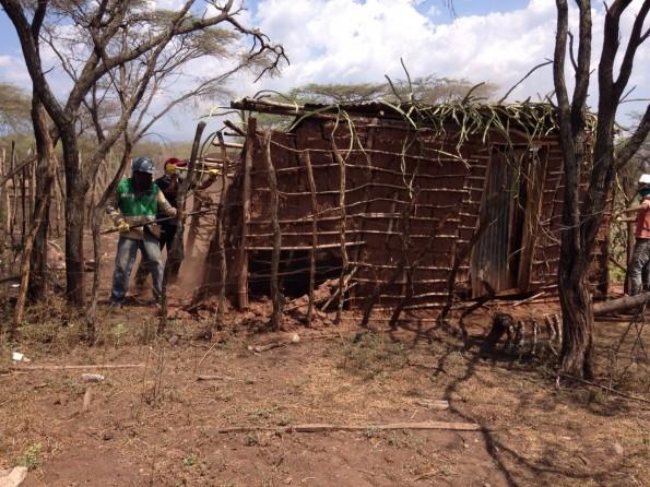 Hombres destruyendo la casa